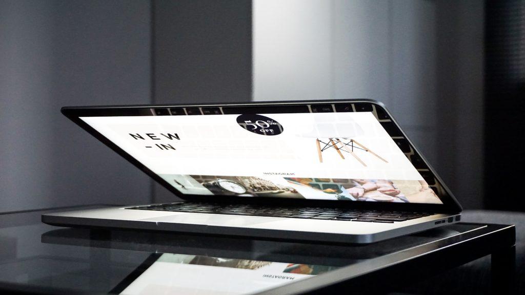 komputer z włączoną stroną www