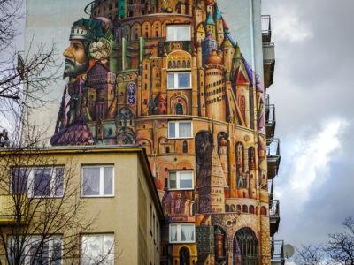 Blok z muralem i praca w domu