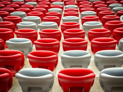 białe i czerwone krzesełka