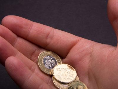 Dłoń z pieniędzmi