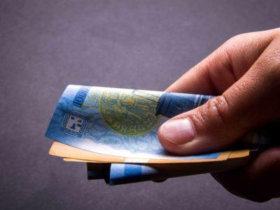 dłoń z pieniędźmi