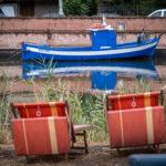łódka i dwa leżaki
